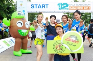 Wake-up-with-a-Zespri-kiwi-at-the-_12th-August-Half-Marathon-Bangkok-2015