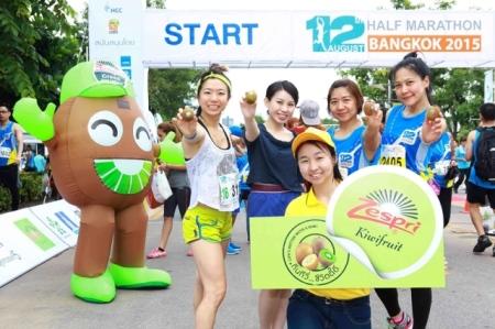 Wake-up-with-a-Zespri-kiwi-at-the-_12th-August-Half-Marathon-Bangkok-2015
